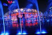 """8月3日晚,夏夜的""""鸟巢""""和""""水立方""""在变幻多彩的音乐喷泉的点缀下分外迷人。新华社记者 吕明响/摄"""
