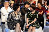 搜狐娱乐讯 4月26日晚,春季电视剧互联网盛典举行,海清与孙俪分别盛装出席。台下的两人一见面就开始聊...