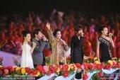 北京时间11月12日晚,2010年第16届广州亚运会进行隆重的开幕式,众多明星在开幕式上亮相。