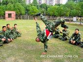 13日,武警湖北总队一支队利用训练休息时间,组织有专业特长的官兵进行才艺展示,开展才艺大比拼,活跃了...