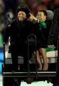 7月11日,2010年南非世界杯闭幕式在约翰内斯堡足球城体育场举行。这是南非前总统曼德拉在闭幕式上向...
