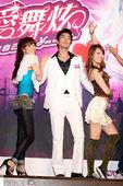 2009年08月18日台北讯 在今天《爱舞炫》记者会现场,代言人赵又廷为了展现《爱舞炫》音乐舞蹈游戏...