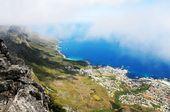 南非首都开普敦前拥波光粼粼的大西洋海湾,背枕一座乱云飞渡、形似巨大长方形条桌的奇山。