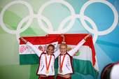 8月23日,匈牙利选手科瓦奇・卡塔琳/亚尼奇・娜塔莎在皮划艇静水女子双人皮艇500米决赛中获得冠军。新华社/摄
