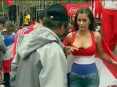 南非世界杯即将结束,巴拉圭乳神拉里萨-里克尔梅这个名字也家喻户晓,这位巴拉圭模特胸夹手机为世界杯加油...