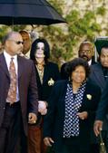 作为一个歌手,迈克尔・杰克逊可能是迄今为止全球流行歌坛最为成功的一个,但他又是一个很有争议的人物。喜...