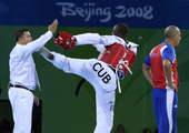 8月23日,在北京奥运会跆拳道男子80公斤以上级铜牌争夺赛中,古巴选手马托斯因为对裁判的判决不满,出脚踢裁判。新华社/摄