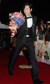 一年一度的韩国影坛盛事――大钟奖将于11月6日在首尔奥林匹克公园的奥林匹克厅举行,演员张根锡走上红毯...